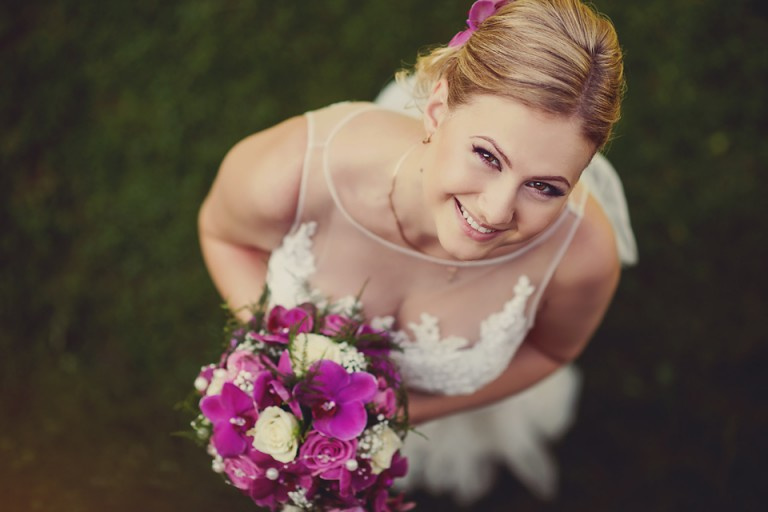 Mietków Plener ślubny Panna młoda z bukietem