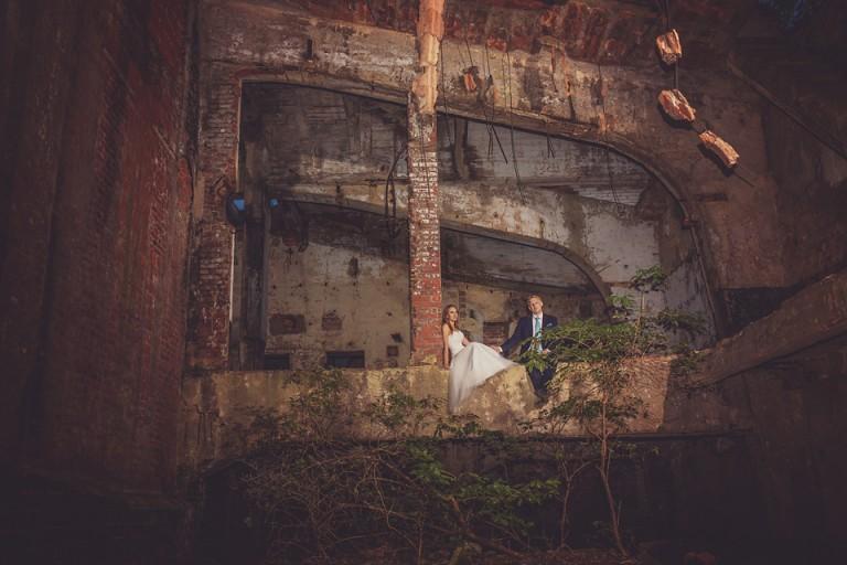 Para młoda w starej fabryce w malczycach