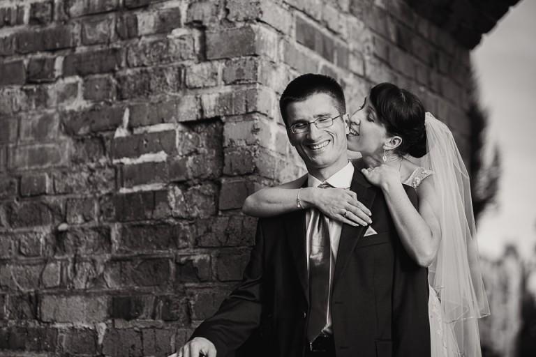 Czarno biały portret pary młodej